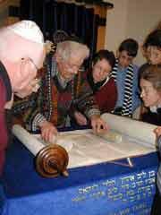 A. Orbach zeigt interessierten Besuchern die Torahrolle